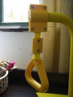 노란 광고 버스 손잡이...