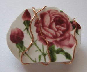Red rose pattern broken china brooche wrapped with gold wire
