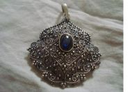PENDENT LOOKING ANTIQUE FILLED WITH CABOCHON SAPHIRE GEM