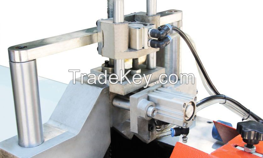 Cutting saw for the middle bulge of plastic materials
