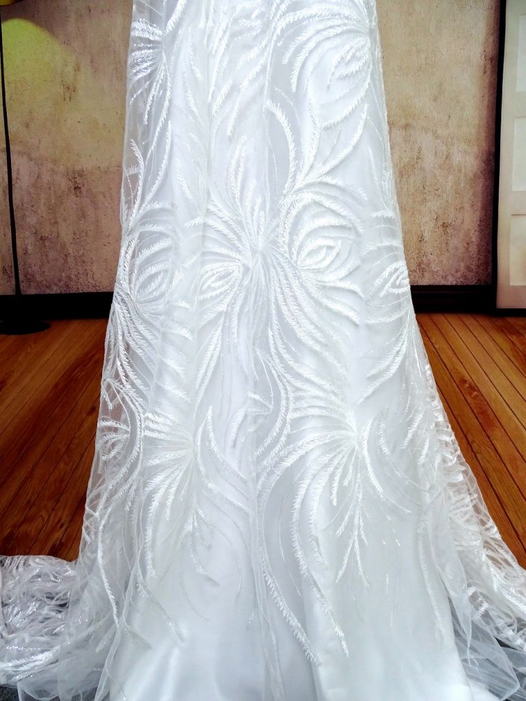 Hot sale good quality Embroidered white lace Fabric For Wedding gowns/