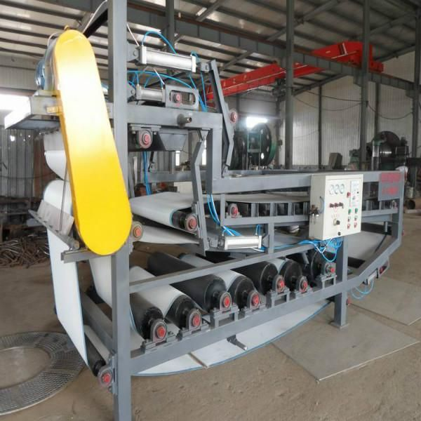 Solid material dewatering belt filter press
