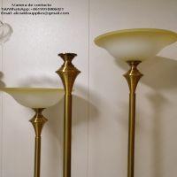 Viendo lámparas antorchas funerarias