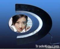 Magnetic levitating photo frame