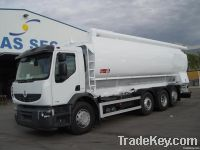 Truck with bulk feed tank for animals